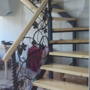 Растительные перила на лестнице из дерева
