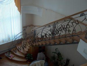 Лестница с деревянными ступенями и коваными перилами