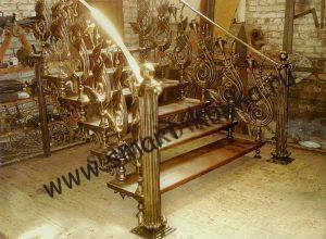 Лестница с золотыми коваными перилами