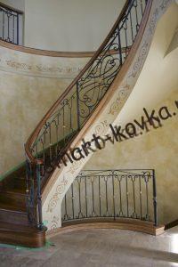 Крутая лестница с кованым ограждением