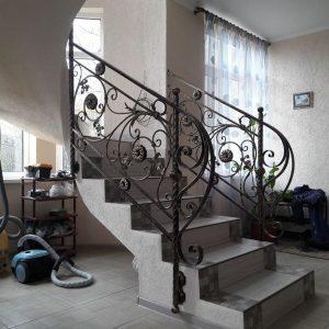 Кованое ограждение лестницы на второй этаж (1)